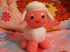Cute amigurumi sheep made by me.  Linda ovejita amigurumi hecha por mí.