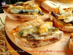Crostoni con verdure grigliate e scamorza-ricetta antipasti-golosofia Italian Appetizers, Appetizer Recipes, Crostini, Bruschetta, Party Entrees, World Recipes, Snacks, Food Humor, Street Food