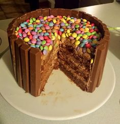 geburtstag smarties I always wanted to make this wonderful cake! And since my best friend& birthday was coming up, the perfect gel was . My Best Friend's Birthday, Birthday Kids, Chocolate Pops, Holiday Desserts, I Am Awesome, Food And Drink, Pudding, Sweets, Cooking