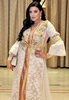 A nos chères fans découvrez cette gamme de #Djellaba & #Caftan 2019 - #robesmarocaines styles Originales de Luxe - #caftanluxe #caftanhautecouture #caftanmariage #caftanpascher #nouveaucaftan #takchitamoderne #robeorientale #moroccandress #moroccanwedding Kaftan, Morrocan Fashion, Moroccan Caftan, Party Fashion, Traditional Dresses, Sari, Elegant, Model, Beautiful