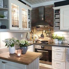 Kukkakimput ja yrtit tuovat kesän tähän upeaan keittiöön, jonka pinnoilta löytyy kaunis yhdistelmä erilaisia materiaaleja. Kitchen Decor, Kitchen Inspirations, Kitchen Dining, Kitchen Cabinets, Vintage Kitchen, Kitchen, Cool Kitchens, Basement Decor, Home Decor