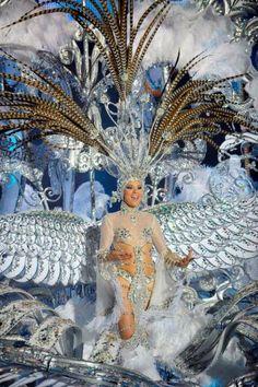"""Soraya Rodríguez, Reina del Carnaval de Tenerife 2013,  con su fantasía """"Volare"""", diseño de Santi Castro y en representación del C.C. Meridiano"""