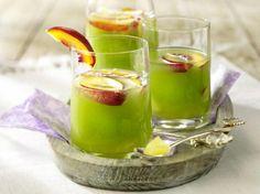 Unser beliebtes Rezept für Grüne Bowle mit Ananas, Aprikosen und Blue Curacao und mehr als 55.000 weitere kostenlose Rezepte auf LECKER.de.