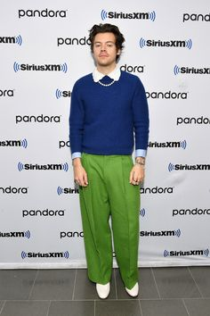 Stylin' Styles from What the Fashion Music star Harry Styles keeps up with his bold fashion sense in bright green trousers and a blue sweater in NYC. Harry Styles Ropa, Harry Styles Sin Camisa, Harry Styles Clothes, Harry Styles Pictures, Harry Styles Fashion, Harry Styles Style, Harry Styles Bandana, Mr Style, Cool Style