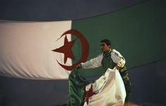 A Lyon (69),plusieurs centaines de supporteurs algériens portant le drapeau sur leurs épaules, se sont rassemblés dans le centre ville.