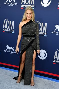 Carrie Underwood Stuns at ACM Awards Less Than Three Months After Giving Birth!: Photo Carrie Underwood looks stunning on the red carpet at the 2019 Academy of Country Music Awards on Sunday night (April at the MGM Grand Garden Arena in Las Vegas. Carrie Underwood Feet, Carrie Underwood Family, Carrie Underwood Pictures, Emma Roberts, Madonna Daughter, Country Music Awards, Country Singers, One Shoulder Gown, Evening Sandals