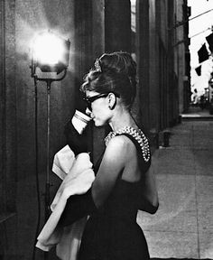 Audrey Hepburn filming Breakfast at Tiffany's (she's standing in front of Tiffany & co, Fifth Avenue). Melhor looks de todos George Peppard, Divas, Pin Up, Classic Hollywood, Old Hollywood, Pretty People, Beautiful People, Beautiful Lips, Glamour