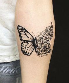 tatouage avant bras femme, tatouage à design unisex, dessin en encre motif demi papillon et bouquet de fleurs