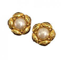 http://cdn.portero.com/media/catalog/product/cache/1/image/699x681/9df78eab33525d08d6e5fb8d27136e95/2/-/2-11781-240119--vintage-chanel-pearl-x-gold-tone-cc-logo-flower-motif-earrings----7e.jpg