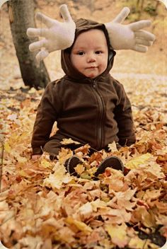 DIY Halloween Moose Costume Tutorial from House of Paint.This is a cheap and oh so easy Halloween costume. To make this DIY Halloween Costume you only need: Diy Halloween, Halloween Costumes You Can Make, Homemade Halloween Costumes, Cute Costumes, Baby Costumes, Costume Ideas, Halloween Makeup, Animal Costumes, Toddler Halloween