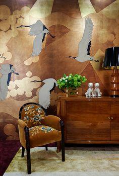 'Namban' design in Original design colours on Deep Rich Gold gilded paper with custom antiquing. Interior design by Oitoemponto De Gournay Wallpaper, Chinoiserie Wallpaper, Decoration, Art Decor, Room Decor, Deco Originale, Art Deco Furniture, Traditional Wallpaper, Apartment Interior