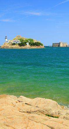 Sur la presqu'île de Carantec, vous apprécierez cette vue sur le Château du Taureau et l'île Callot.