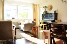 Schönes sonnendurchflutetes Wohnzimmer mit Klavier und Couchlandschaft.  4-Zimmerwohnung in Marburg.  #Marburg #Klavier #livingroom #Wohnzimmer