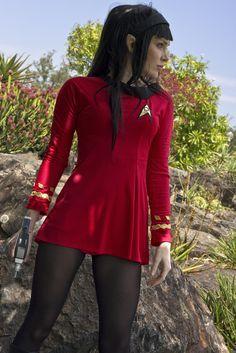 Check out the hottest Trek Cosplays! Star Trek Kostüm, Star Trek Crew, Star Trek Series, Star Trek Cosplay, Costume Halloween, Batman Christian Bale, Star Trek Images, Star Trek Universe, Geek Girls