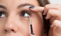 22 Genius Eyeliner Hacks Every Woman Needs to Know - Cosmopolitan.com #MakeupTutorialEyeliner Natural Eyeliner, Winged Eyeliner Tutorial, Simple Eyeliner, Eyeliner Looks, Best Eyeliner, How To Apply Eyeliner, Winged Liner, Eyeliner Ideas, Black Eyeliner