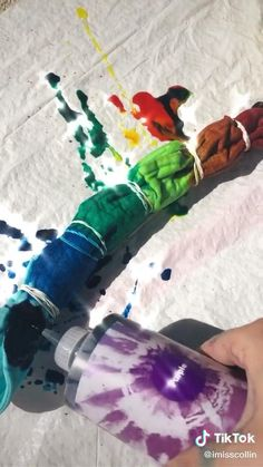 diy rainbow tie dye bucket hats 🌈 creds to on tiktok Diy Tie Dye Shirts, Diy Tie Dye Hat, Tie Dye Jeans, Tie Day, Tie Dye Crafts, Tie Dye Outfits, Tie Dye Clothes, Tie Dye Techniques, Bleach Tie Dye