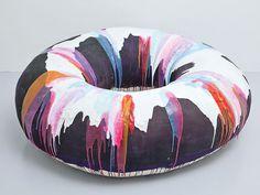 Art Basel Miami. Donuts, calze, donne nude e 250 gallerie: succede all'edizione 2014 della fiera dove l'arte mette la crema abbronzante.