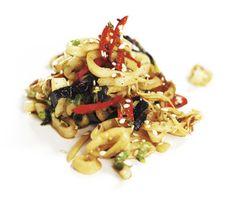 Fantasirik bläckfisk med sesam och ingefära. Het chilifrukt ger hetta till denna lätta men smakfulla rätt. Ingefäran ger sin karaktäristiska smak och doft. Servera med ris.