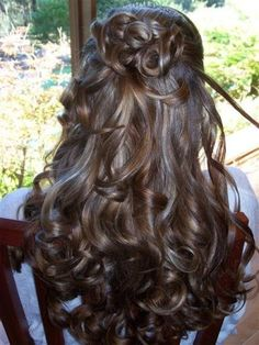 How to decide on the perfect hairstle for your wedding.  Short hairstyles, long hair styles, up-downs, updo's, there are plenty of styles to help you look your best on your special day.