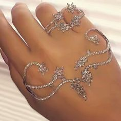 Rings and hand jewelry Hand Jewelry, Body Jewellery, Cute Jewelry, Jewelry Box, Jewelry Rings, Jewelry Accessories, Fashion Accessories, Jewelry Design, Fashion Jewelry
