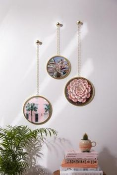 Add a boho touch to any space with this set of rounded wall frames with a chain link construction. Perfect for your favourite pics!Content + Care Includes 3 frames Spot cleanSize Dimensions: (l) x (w) x (h) Weight: Craft Fair Displays, Uni Room, Single Bedroom, Boho Stil, Urban Outfitters Europe, Baskets On Wall, Craft Fairs, Picture Frames, Interior Decorating