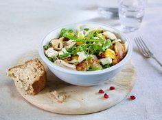 Denne salaten er frisk og spennende på smak, og ingrediensene er fargerike og gode. Perfekt til middag eller lunsj.