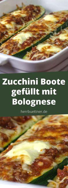 Zucchinzuchchini boti Boote gefüllt mit Tomaten-Hackfleisch-Soße und Crème fraîche