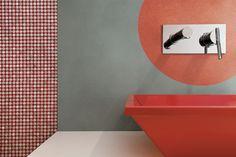 Per lo stucco del mosaico metallizzato è adatta la malta epossidica Starlike® by Litokol. Il color Rosso Oriente è ripreso in questo caso anche nel motivo decorativo centrale rasato con Starlike®Decor con effetto nuvolato, cui è stato aggiunto il glitter Gold. Anche per il resto della parete si è usato Starlike®Decor, nel color ardesia che si abbina bene al mosaico metallizzato. Prezzo su preventivo. www.starlike.it