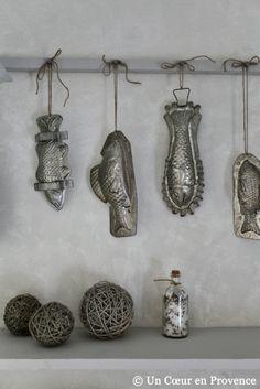 Dekoration mit Metall Schokoladenformen im Gästehaus Un Coeur très Natur