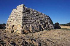 Naveta. Piedra rectangular con una cámara sepulcral en el centro.