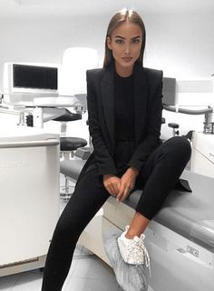 20 Spring Office Outfit Ideas for Business Ladies - VivieHome Business Outfit Frau, Office Outfits Women, Business Casual Outfits For Women, Summer Work Outfits, Professional Outfits, Business Women, Summer Business Casual, Business Ideas, Winter Office Outfit