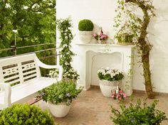 """Royaler Schick Einen richtigen kleinen Lustgarten auf dem eigenen Balkon oder der Terasse schafft diese royale Outdoor-Dekoration. Die Verwendung dieses Bildes ist für redaktionelle Zwecke honorarfrei. Veröffentlichung bitte unter Quellenangabe: """"Fachverband Deutscher Floristen e.V./Blumenbüro"""""""