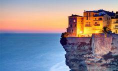 Bonifacio ist eine Hafenstadt an der Mittelmeerküste Korsikas (Frankreich). In der Kleinstadt leben knapp 3000 Menschen. Zu den touristischen Sehenswürdigkeiten zählen unter anderem der Hafen, die Altstadt und die an der Küste gelegenen Klippen.