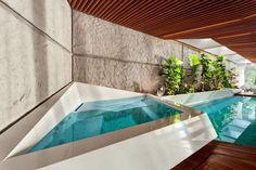 Quand une #piscine d'intérieur et son spa s'inspirent du cubisme, le résultat est stupéfiant. Les decks en bois exotique subliment la couleur des bassins et de l'eau. Une très belle réalisation. @Vivre ma Piscine