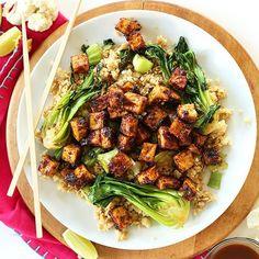 Crispy Baked Peanut Tofu | Minimalist Baker Recipes 15. Du tofu croustillant et riz frit au chou-fleur