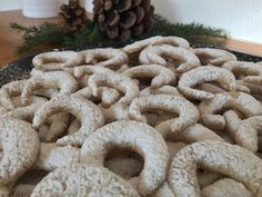 Vanillekipferl sind ein Klassiker, der zu Weihnachten nicht fehlen darf.  Vanillekipferl  Zutaten (für ca 50 - 60 Stück):     200 g Mehl   150 g kalte Butter   50 gStaubzucker   15 g Vanillezucker   70 g Walnüsse   eine Prise Salz    Zubereitung:  Aus den oben angeführten Zutaten einen Mürbteig zubereiten und diesen für ca eine Stunde rasten lassen.    Danach Winter Food, Burlap Wreath, Yummy Food, Stollen, Cookies, Xmas, Cooking, Baking Tips, Graham Cracker Recipes