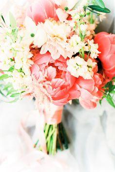 Credit: Anouschka Rokebrand Photography - bloemstuk, huwelijk (ritueel), bloem (plant), liefde, natuur, geen persoon, romance (relatie), blad, bos, bruid, bloemen, viering, ornament, geschenk, vaas, pasen, betrokkenheid, bloeiend