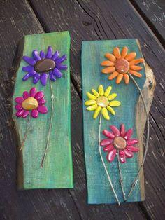Pedrinhas pintadas e coladas num pedaço de madeira...muito bonito!  Veja mais em http://www.comofazer.org