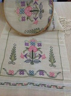 This Pin was discovered by Ker Embroidery Patterns Free, Crewel Embroidery, Bargello, Needlepoint, Needlework, Elsa, Diy And Crafts, Cross Stitch, Embroidery Stitches