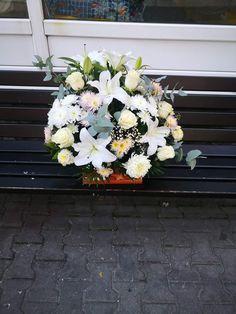 Aranjament în cutie cu burete mineral din crini, crizantema, trandafiri și eucalipt. Iglesias, Floral Wreath, Boxes, Wreaths, Plants, Home Decor, Horsehair, Floral Crown, Crates