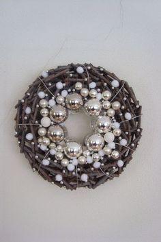 Kerstkrans met kerstballen