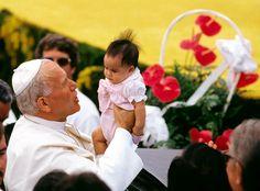 Pope John Paul II with a child.              http://www.partecipiamo.it/angela_magnoni/giovanni_paolo_II.htm