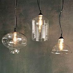 Colgante de altura regulable mediante el cable de cristal transparente soplado y moldeado a mano. Cable y sujección al techo en negro. Con casquillo E27, admite bombillas de led