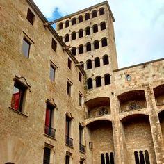 El Palau Reial Major domina la Plaça del Rei y su historia se remonta al s. XI, aunque el edificio que vemos hoy en día data del s. XIII http://www.viajarabarcelona.org/lugares-para-visitar-en-barcelona/placa-del-rei/ #visitar #Barcelona