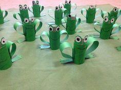 des-rouleaux-de-papier-toilette-peints-en-vert-et-transformés-en-grenouilles-avec-des-yeux-et-pieds-en-papier-activités-manuelles-maternelles