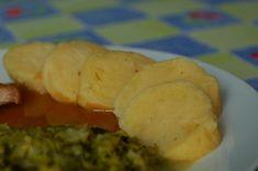 Syrové brambory oškrábejte a uvařte v osolené vodě do měkka. Když jsou hotové…