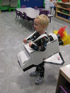 rocket costume--I can't find the link, but the photo is adorable Space Costumes, Cute Costumes, Kids Space Costume, Halloween Costumes, Rocket Costume, Nasa Costume, Diy Astronaut Costume, Cardboard Rocket, Cardboard Spaceship