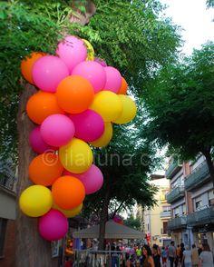 Decoració del carrer Doctor Reig: penjolls de globus amb els colors de la Xarxa.