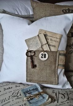 Love this idea but will try using jean pockets instead :) Whimsical Burlap Pocket Pillow Cover. I want to make something similar for each of my kids' beds. I can leave them little love notes. Burlap Projects, Burlap Crafts, Craft Projects, Sewing Projects, Diy Crafts, Sewing Pillows, Diy Pillows, Throw Pillows, Deco Nature