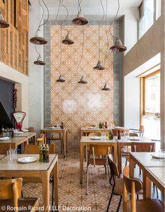 Déco restaurant : poursuite des carreaux de ciment sur le mur pour une pièce qui semble plus longue.